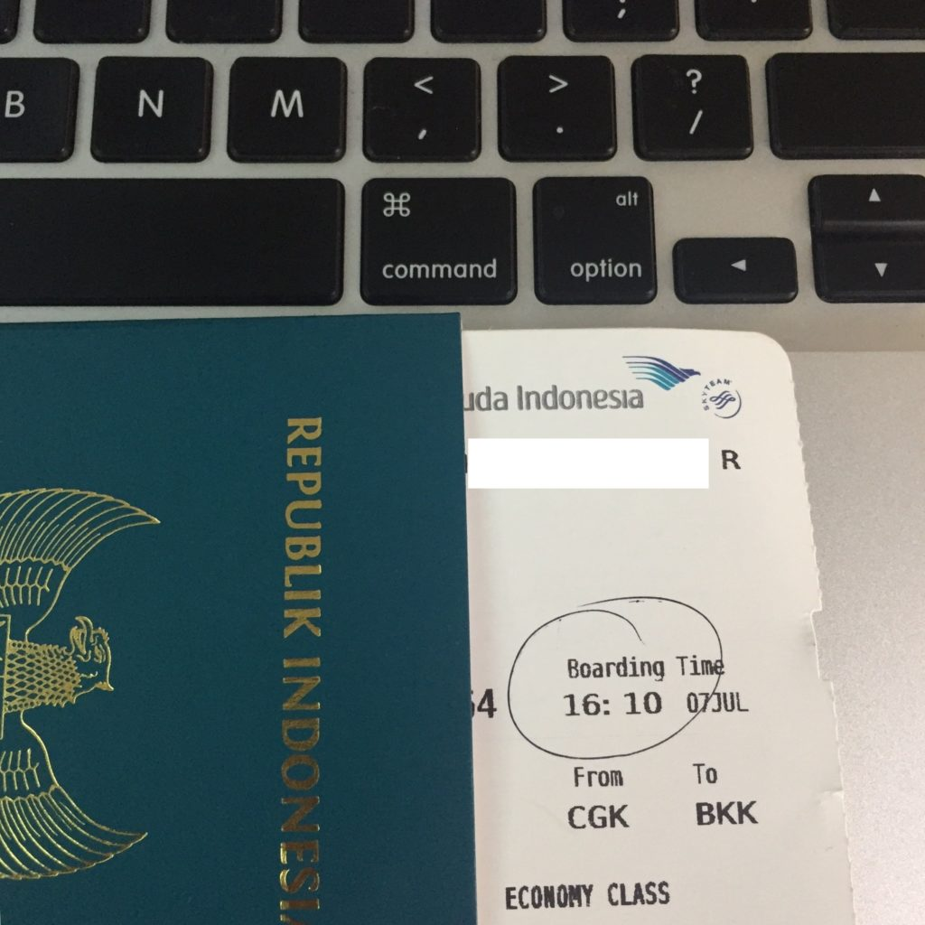 Paspor adalah dokumen identitas wajib untuk penerbangan internasional.